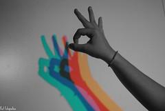 y colores en el viento descubrir (Mitjons, petons i americanes) Tags: colors lights luces three fingers manos colores mans dedos tres llums dits