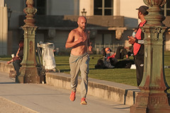 Jardin du Carrousel - Paris (France) (Meteorry) Tags: park street shirtless man paris france male guy sport garden october europe ledefrance candid jardin streetscene rue airborne parc jogger idf homme carrousel jardinducarrousel 2015 aroport meteorry parispeople