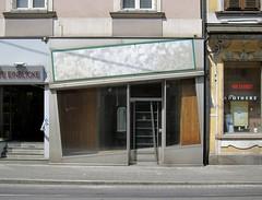 Einblicke / Insights (bartholmy) Tags: door sign austria österreich schaufenster sidewalk pharmacy schild shopwindow storewindow graz vacancy tür insight steiermark outofbusiness apotheke styria geschäftsaufgabe durchblick einblick gehweg leerstand abandonedstore 400years abandonedshop signlesssign 400jahre