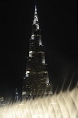 Burj Khalifa y su falda de agua. (XavierParis) Tags: arquitetura architecture arquitectura nikon dubai uae xavier xavi  hernandez atthetop iberica burjdubai   d700 xavierhernandez emiratsarabeunis   xyber75 xavierhernandeziberica