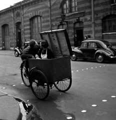 Robert Doisneau -Baiser 1950 (Mikael Colville-Andersen) Tags: paris france bike bicycle cycling photographer transport bici bullitt fahrrad vlo logistics sykkel cykel bicicletta cargobike robertdoisneau cykling triporteur ladcykel utilitycycling velopassioncc