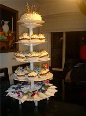 Torre de cupcakes decorados con merengue y flores  en pastillaje (PaulitasArteyAzucar) Tags: cupcakes paulitas ponques