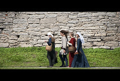 Going to the party. (Palentino) Tags: people walking sweden medieval personas paseo disfraz sverige walls gotland stroll visby suecia muros caminando deguise