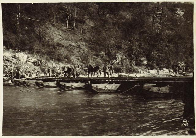 Offensiva Italiana agosto 1917. Ponte di barche gettato sull'Isonzo a Bodrez. Roma, Museo Centrale del Risorgimento