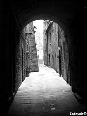 Dal buio alla luce (imma.brunetti) Tags: volterra case pietra arco architettura lampioni volta biancoenero medioevo salita pavimentazione contrafforte vicoletti