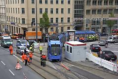 R3-Wagen 2213 muss ebenfalls wieder eingegleist werden (Frederik Buchleitner) Tags: 2213 entgleisung gleisdreieck kollision linie17 munich münchen r3wagen swagen stadler strasenbahn streetcar tram trambahn variobahn wendedreieck wendehammer