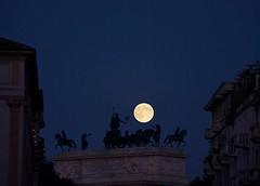 Milano, luna piena sull'Arco della Pace (forastico) Tags: night milano luna clear d60 arcodellapace lunapiena forastico nikonflickraward luckyorgood settembre2012challengewinnercontest