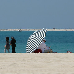 Beach Life at Dubai - Pt. I (Been Around) Tags: praia beach strand umbrella boot march dubai niceshot travellers uae playa barche plage unitedarabemirates mrz lido vae sonnenschirm 2011 dubaibeach vereinigtearabischeemirate dubayy miratsarabesunis worldtrekker dubaibeaches visipix  jumeirahpublicbeach