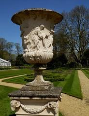 Italian Sunken Garden (jacquemart) Tags: urn italiansunkengarden chiswickhouseandgardenslondon enlightenmentinigojonespalladio