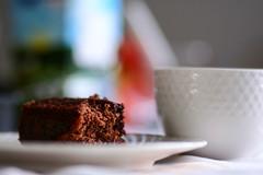 Bolo de chocolate matinal (Johnny Photofucker) Tags: food cake breakfast dof comida bolo torta cibo lightroom colazione alimentao cafdamanh