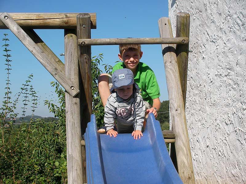 Kastanienhof Selz - Kinder auf der Rutsche