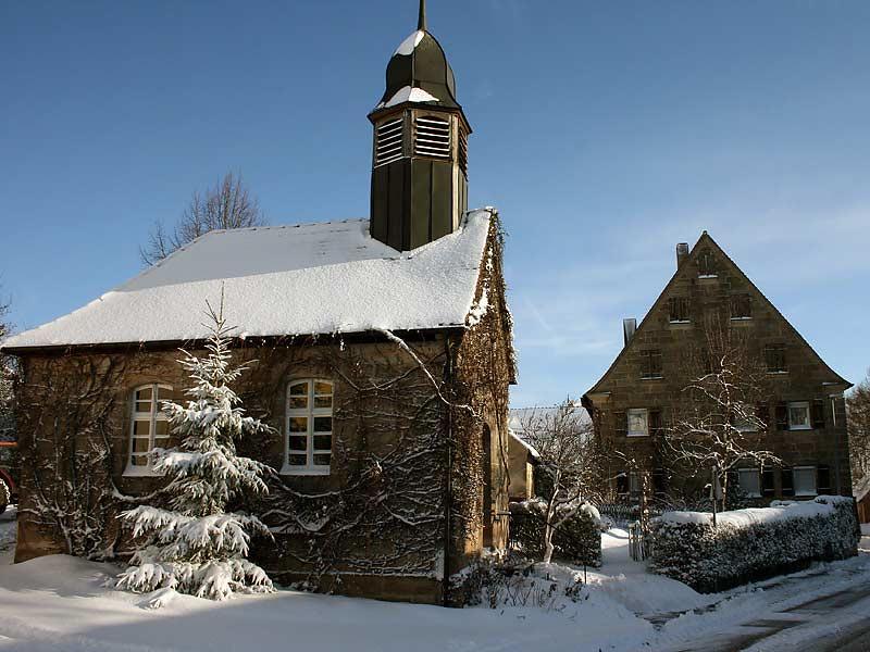 winterliche Kirche in der Nähe des Kirschblütenhofs