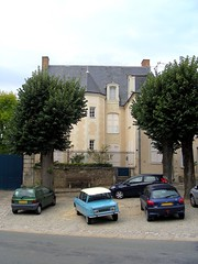 Htel particulier (xavnco2) Tags: trees house france cars alberi private automobile citron renault arbres mansion autos palazzo classiccars vecchio twingo htel ami6 maineetloire anjou particulier baug