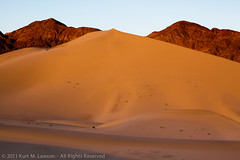 The sun's final rays in the Ibex Dunes (Kurt Lawson) Tags: brush deathvalley deathvalleynationalpark desert dunes hills ibex ibexdunes nationalpark rock saddlepeak sand sky newberrybaker ca unitedstates ngc