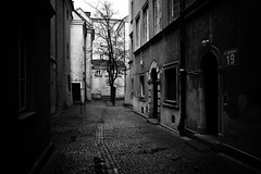 Warsaw backyard (gato-gato-gato) Tags: street leica winter bw white black blanco digital backyard flickr strasse urlaub negro streetphotography poland polska rangefinder polen warsaw dezember kalt weiss ferien manualfocus schwarz warszawa hinterhof onthestreets m9 warschau manualmode strase manuellerfokus gatogatogato leicam9 leicaelmaritm28mmf28asph gatogatogatoch wwwgatogatogatoch