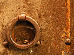 Tiempo de espera (Planeta Dunia) Tags: barcelona door espaa spain puerta catalonia knocker catalunya catalua doorknocker berga xido aldaba llamador picaporte photoscape olympuscamediac8080 placetaciutat