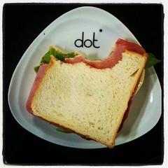 ผักเหี่ยวๆ แฮมใกล้หมดอายุ .... โปะขนมปัง ปาดแซนวิชสเปรด วางชีส บีบซอสมะเขือเทศ ... อิ่มอีกมื้อนึง : )