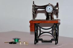 Dia 113: Minuaturas. (Fotografia David Ortega) Tags: agujas perlas hilos maquinadecoser miniaturas