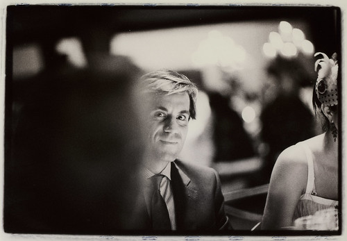 Hombre en fiesta de boda - Edward Olive - servicios de fotograf�a para bodas