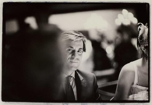 Hombre en fiesta de boda - Edward Olive - servicios de fotografía para bodas