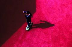 Qualcuno mi segue (meghimeg) Tags: boy red rot child skate skateboard bimbo rosso lavagna royo bambino 2016