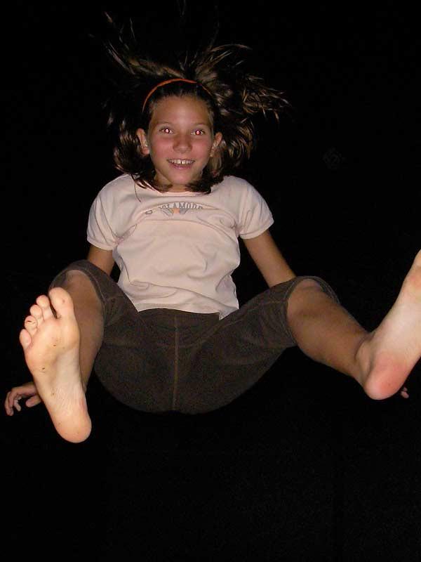 Kastanienhof Selz - Mädchen auf dem Trampolin bei Nacht