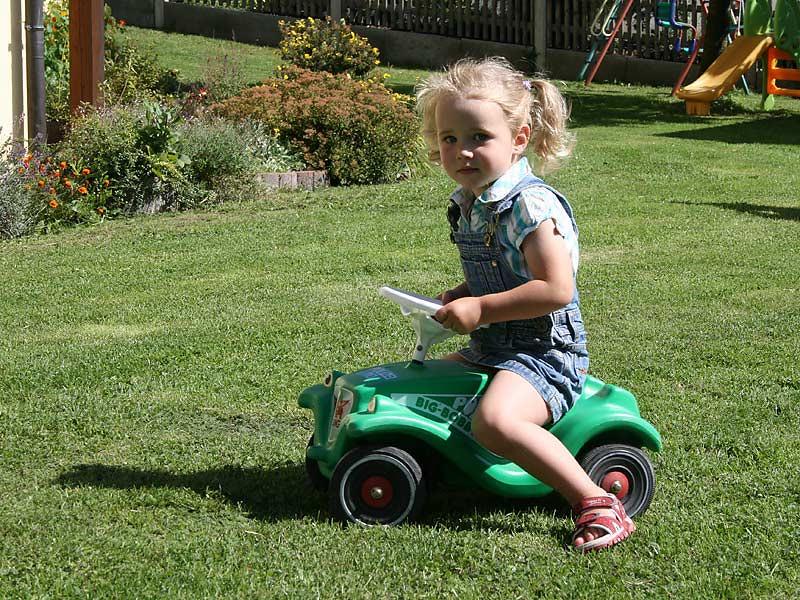 Ferienhof Hausmann - Mädchen auf dem Bobby Car