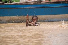 4347 (CamBrivio) Tags: fiume mani povert banbini camboglia