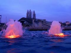 Avant la traverse (Alex-W.) Tags: light water fountain colors eau waves couleurs bubbles drop vagues bulles gouttes fontaines