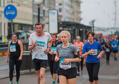 Gteborgsvarvet 21km footrace (explored) (Sina Farhat) Tags: city light people canon gteborg raw sweden bokeh folk sverige f25 halfmarathon stad 031 wideopen 21km ljus gothenborg gteborgsvarvet footrace 50d skrpedjup lopp halvmarathon strahamngatan nikkor105mm25preai fotosondag photoshopcc fs160522