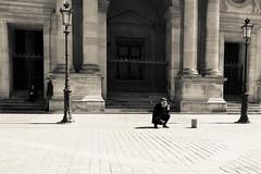 Le photographe (LACPIXEL) Tags: people paris france monument sepia flickr fuji photographer gente outdoor fujifilm capitale extrieur personnes lelouvre gens fotografo photographe xt1 lacpixel