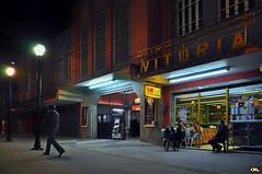Cine Vitria (Otaclio Rodrigues) Tags: city cidade people urban cinema building brasil night lights pessoas streetlamps noite streetphoto luzes prdio movietheater oro resende luminrias bomboniere