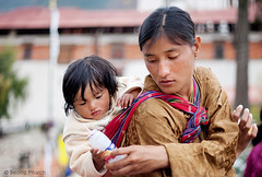 Cuidar de ti (Beatriz Pitarch) Tags: baby love mom bhutan drink juice amor candid daughter mother mama bebe sed madre maternal bebida hija beber buthan takecare zumo butan batido robado thirsthy cuidar babyonback bebeenlaespalda