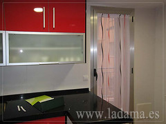 "Visillo para puerta cocina rojo y negro • <a style=""font-size:0.8em;"" href=""https://www.flickr.com/photos/67662386@N08/6476377561/"" target=""_blank"">View on Flickr</a>"