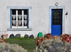 Habitat Ouessantin (thomaspollin [thanks for 1 million views !!!]) Tags: door blue house france window island frankreich brittany europa europe bell thomas fenster haus bretagne brei