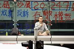 Au dtour d'une rue, un homme (Lau Chi-yan) en pleine revendication! (XavierParis) Tags: china hongkong nikon asia asie xavier xavi chine hernandez wanchai iberica actu faitdivers 20112011 d700 xavierhernandez xyber75 lauchiyan xavierhernandeziberica