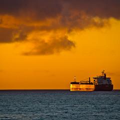 Esperando la puesta de sol (Cretaceo) Tags: chile costa sol atardecer mar barco ventanas nubes contraste puestadesol silueta horizonte crepsculo 55200mm quintaregin nikond3100
