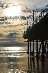 Pier a contraluz (Charly E) Tags: california parque sunset usa praia beach atardecer pier muelle losangeles santamonica playa estadosunidos diversion ferrywheel vueltalamundo