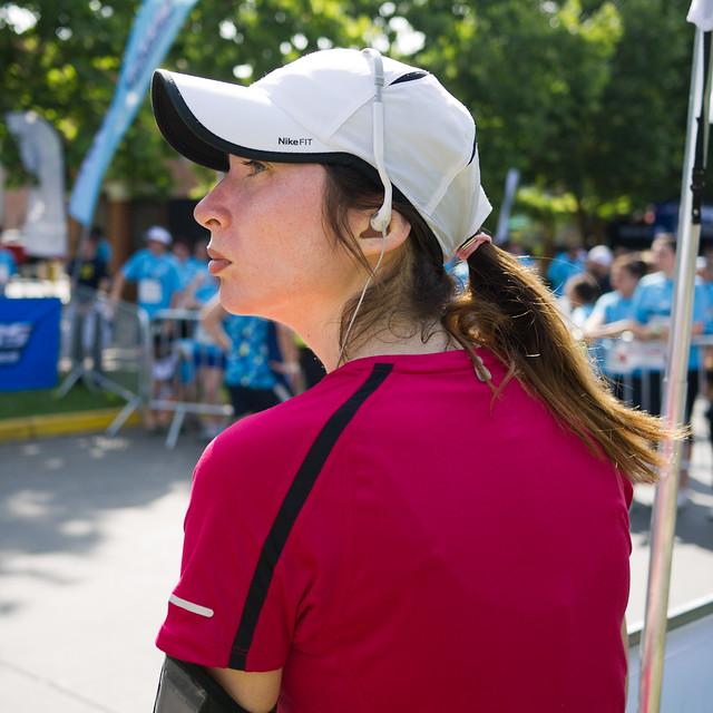2e37452f08775 chile santiago red woman girl hat profile running runner earphones nikefit