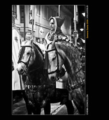 Caballo y Len (Chema Concellon) Tags: portrait people blackandwhite espaa horse blancoynegro animal easter caballo noche spain europa europe gente retrato valladolid nocturna ritual animales jinete 2009 cultura semanasanta tradicin castilla celebracin escolta cofrade domingoderamos penitente procesin rito hollyweek castillaylen capucha costumbre religin equino lanzas robado devocin cofrada nitht banderines sietepalabras chemaconcelln trasladosantocristodelagunadeduero