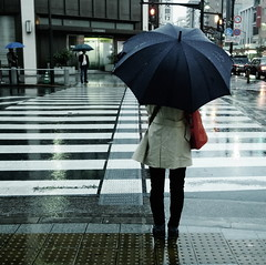 Face  face (pushreset) Tags: street city rain japan umbrella tokyo crossroad ricoh japon bypass bleachbypass grd grd4