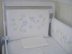 Decoração quarto Heloisa (reivagomes) Tags: cortina passarinho patchwork decoração pássaros almofada flordetecido quartodebebê almofadadeamamentação kitberço camadebabá caixaforrada quadroemresina