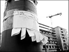 Zettel (sulamith.sallmann) Tags: bw berlin work germany paper deutschland europa baustelle note sw papier arbeit mitte kran bau deu zettel gesundbrunnen berlinmitte hausbau krne workmachine notiz arbeitsmaschinen sulamithsallmann bernauerstrase arbeitsmaschine