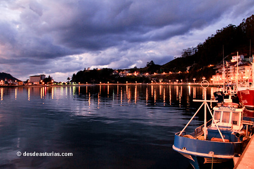 vista nocturna del puerto de Ribadesella
