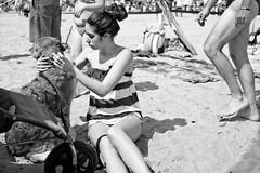 La beauté est où tu la vois.... (Paolo Pizzimenti) Tags: film paolo femme olympus f18 fille plage zuiko printemps italie chiot omd visage argentique 25mm em1 doisneau m43 italienne délicatesse mirrorless beautéchein