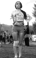 CL Society 177: Girl as in the cross (francisco_osorio) Tags: chile santiago girl standing marathon running runner warmingup