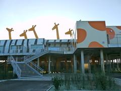 Dax: reconstruction de la crèche des bords de l'Adour (architectes: Bernard Saillol, Périgueux, et Alexandre Saillol, Bordeaux) avec un espace de jeux couvert grâce aux pilotis nécessaires dans cette zone (Marie-Hélène Cingal) Tags: france southwest stairs giraffes giraffe 40 dax escaleras treppen jirafas nurseryschool escaliers crèche girafes landes sudouest aquitaine giraffen