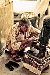 Shoeshiner (@Alebi) Tags: travel portrait india man work canon candid indian everyday job hdr newdelhi shoeshiner canonef2470f28