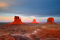 Monument Valley last light (Maurizio Fontana) Tags: california road park trees sunset red sea arizona sky panorama cliff parco usa cloud mountain lake color reflection tree monument water alberi clouds america sunrise trekking reflections river landscape lago mirror utah sand nikon gate strada tramonto nuvole mare nuvola desert alba united nevada fiume tunnel canyon trail national american cielo states navajo terra roccia albero acqua rosso colori riflessi paesaggi montagna uniti paesaggio deserto specchio sabbia parchi tufo riflesso d300 canion stati