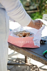 Indulgence (Elle***) Tags: pink summer woman colors cookies canon garden paper hands holidays break box handmade sugar delicious bakery snack sweets biscuits pause indulgence dolci giardino unwrapping wrappingpaper pausa biscuitsbox